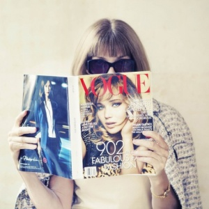 anna wintour reads vogue