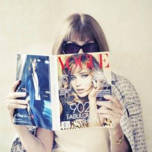 anna wintour reads vogue